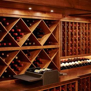 Aménagement d'une grand cave à vin classique avec des casiers losange et un sol en carrelage de céramique.