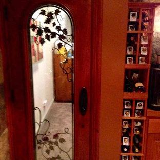 Idée de décoration pour une cave à vin tradition de taille moyenne avec des casiers.