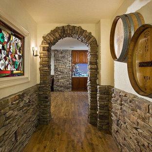 Foto di una cantina stile rurale di medie dimensioni con pavimento in legno massello medio e portabottiglie a vista