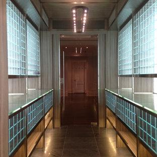 Imagen de bodega moderna, de tamaño medio, con suelo de baldosas de porcelana y vitrinas expositoras