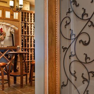 Inredning av en amerikansk mellanstor vinkällare, med klinkergolv i porslin och vinställ med diagonal vinförvaring