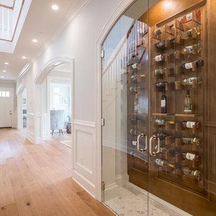 Inspiration för moderna vinkällare, med ljust trägolv