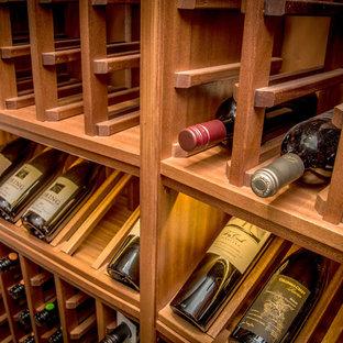 デンバーの小さい地中海スタイルのおしゃれなワインセラー (ワインラック、黄色い床) の写真