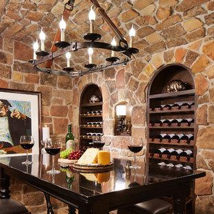 Bild på en stor vintage vinkällare, med beiget golv, kalkstensgolv och vindisplay