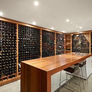 メルボルンの広いコンテンポラリースタイルのおしゃれなワインセラー (コンクリートの床、ワインラック) の写真