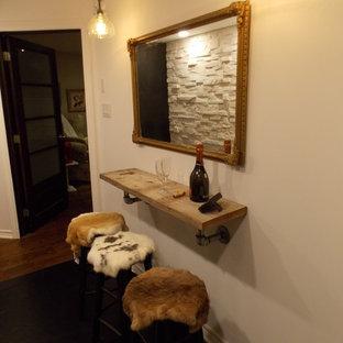 Idéer för små rustika vinkällare, med plywoodgolv, vinhyllor och svart golv