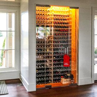 Exempel på en liten klassisk vinkällare, med korkgolv, vinhyllor och beiget golv