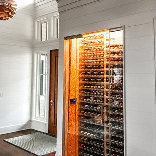 Diseño de bodega clásica renovada, pequeña, con suelo de corcho, botelleros y suelo beige