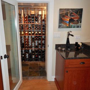 Bild på en eklektisk vinkällare