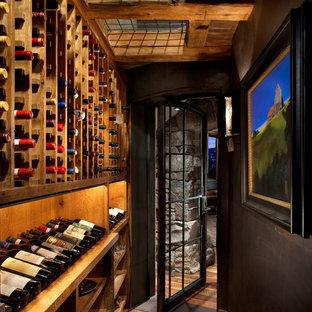 Idées déco pour une cave à vin montagne avec un sol en bois foncé, des casiers et un sol marron.