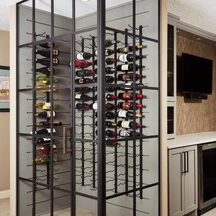 Idéer för att renovera en mellanstor vintage vinkällare, med ljust trägolv, vinhyllor och beiget golv