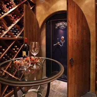 Klassisk inredning av en stor vinkällare, med vinställ med diagonal vinförvaring och skiffergolv