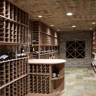 Foto på en medelhavsstil vinkällare, med skiffergolv