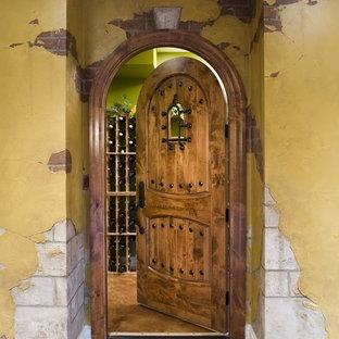 Cette photo montre une cave à vin chic de taille moyenne avec des casiers et béton au sol.