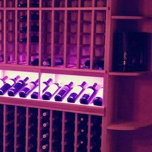 Exemple d'une cave à vin chic.