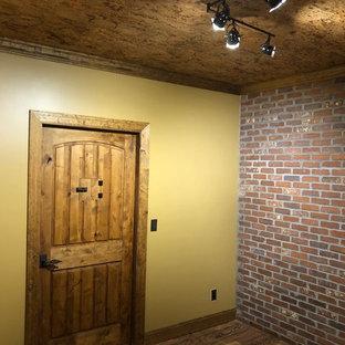 Modelo de bodega rústica, de tamaño medio, con suelo laminado, vitrinas expositoras y suelo marrón