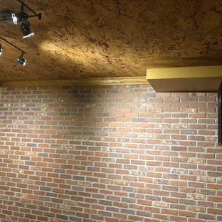 Imagen de bodega rural, de tamaño medio, con suelo laminado, vitrinas expositoras y suelo marrón