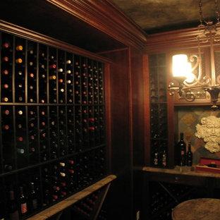 Inspiration för mellanstora medelhavsstil vinkällare, med skiffergolv och vinhyllor
