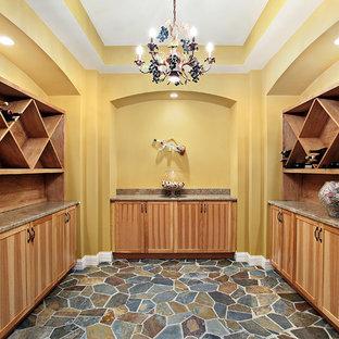Inspiration pour une cave à vin asiatique de taille moyenne avec un sol en carrelage de céramique, un présentoir et un sol vert.