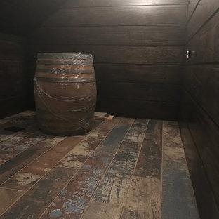 Ispirazione per una piccola cantina stile rurale con pavimento in legno massello medio