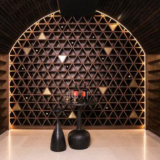 Diseño de bodega moderna, grande, con suelo de mármol, vitrinas expositoras y suelo beige