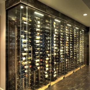 Cette image montre une grand cave à vin design avec un sol en vinyl, un présentoir et un sol noir.