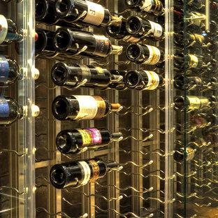 Inspiration pour une grand cave à vin design avec un sol en vinyl, un présentoir et un sol noir.