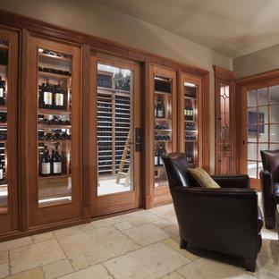 Idéer för stora vintage vinkällare, med vindisplay och travertin golv