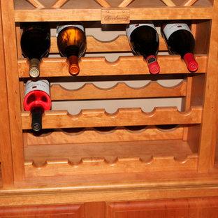 Imagen de bodega clásica, de tamaño medio, con suelo de madera en tonos medios y botelleros de rombos