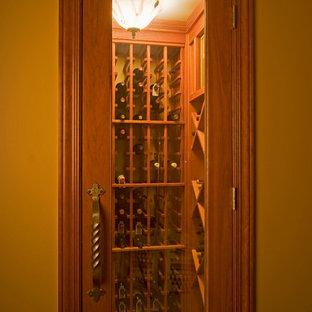 Foto de bodega clásica, pequeña, con suelo de corcho y botelleros