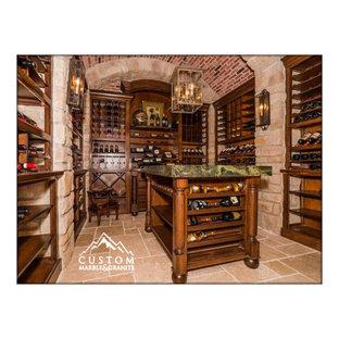 Inspiration för en mellanstor medelhavsstil vinkällare, med travertin golv, vinhyllor och beiget golv