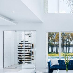 Diseño de bodega contemporánea, de tamaño medio, con suelo de baldosas de cerámica, botelleros y suelo blanco