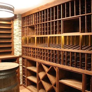 Amerikansk inredning av en stor vinkällare, med tegelgolv och vinhyllor