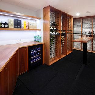 Diseño de bodega extra grande con botelleros y suelo negro