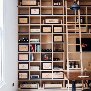 Inspiration pour une cave à vin nordique de taille moyenne avec un sol en bois clair et un présentoir.