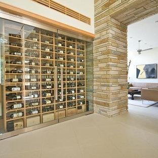 Idee per una grande cantina design con portabottiglie a vista e pavimento in pietra calcarea