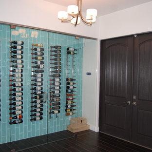 Cette photo montre une cave à vin de taille moyenne avec un sol en bois peint, un présentoir et un sol noir.