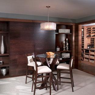 Cette image montre une cave à vin design avec moquette et des casiers.