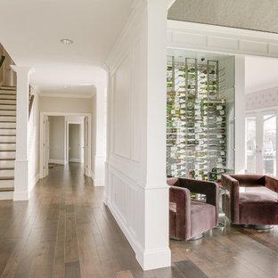 Inspiration pour une cave à vin design avec un sol en bois brun et un présentoir.