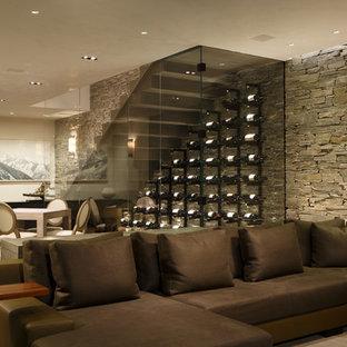 Modelo de bodega minimalista, grande, con suelo de madera clara, vitrinas expositoras y suelo beige