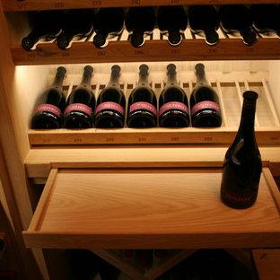 Cette photo montre une cave à vin chic.
