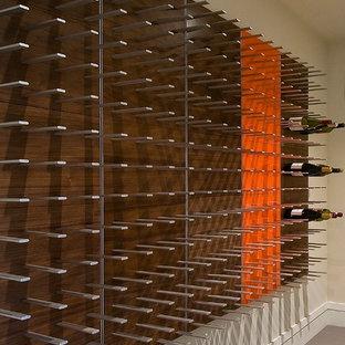Imagen de bodega moderna, extra grande, con botelleros