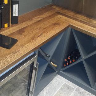 Esempio di una piccola cantina design con pavimento con piastrelle in ceramica e rastrelliere portabottiglie