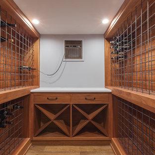 Aménagement d'une cave à vin industrielle de taille moyenne avec sol en stratifié, des casiers et un sol marron.