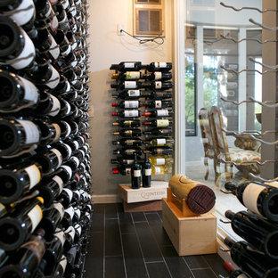 Diseño de bodega clásica renovada, de tamaño medio, con suelo de baldosas de cerámica, botelleros y suelo marrón