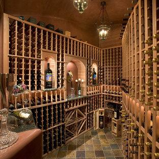 フェニックスのサンタフェスタイルのおしゃれなワインセラーの写真