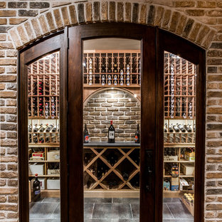 Idées déco pour une grand cave à vin classique avec un sol en carrelage de céramique et des casiers.
