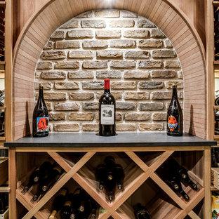 Amerikansk inredning av en stor vinkällare, med klinkergolv i keramik och vinhyllor