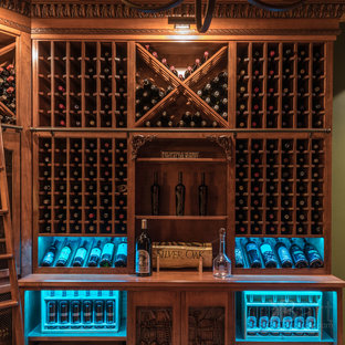 Foto på en medelhavsstil vinkällare, med tegelgolv och vinställ med diagonal vinförvaring