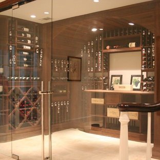 Ejemplo de bodega actual, grande, con suelo de travertino, vitrinas expositoras y suelo beige
